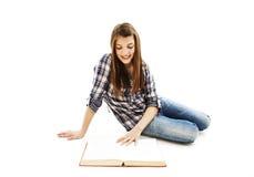 attraktiv tonårs- bokflickaavläsning Fotografering för Bildbyråer