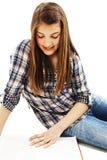 attraktiv tonårs- bokflickaavläsning Royaltyfria Foton