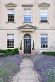 attraktiv trädgårds- home ledande london bana till Arkivbilder
