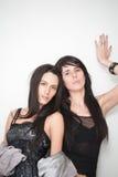 attraktiv trendig flickastående två Royaltyfri Foto