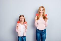 Attraktiv, trevlig, gullig charmig dotter och mamma som över står Arkivbilder