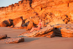 Attraktiv tropisk strandsolnedgång för ung kvinna Royaltyfri Fotografi