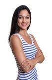 Attraktiv turkisk kvinna med korsade armar i en randig skjorta arkivbilder