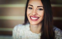 Attraktiv und Schönheit lächelnd und zur Kamera aufwerfend Lizenzfreies Stockfoto