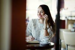 Attraktiv und Schönheit sprechend am Telefon Lizenzfreies Stockfoto