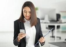 Attraktiv ung advokat med mobiltelefonen arkivfoto