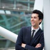 Attraktiv ung affärsman som utomhus ler Arkivfoton