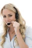 Attraktiv ung affärskvinna som använder en telefonhörlurar med mikrofon Fotografering för Bildbyråer