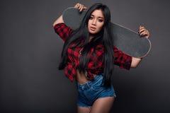 Attraktiv ung asiatisk kvinna i skraj kläder Royaltyfri Fotografi