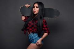 Attraktiv ung asiatisk kvinna i skraj kläder Royaltyfria Bilder