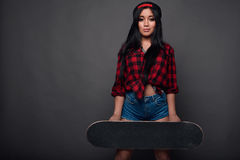 Attraktiv ung asiatisk kvinna i skraj kläder Royaltyfri Bild