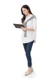 Attraktiv ung asiatisk kvinna som använder blocket arkivfoton