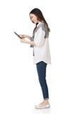Attraktiv ung asiatisk kvinna som använder blocket arkivbilder