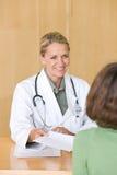 Attraktiv ung att bry sig doktor arkivbild