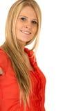 Attraktiv ung blond haired kvinna som ler den bärande röda skjortan royaltyfri foto