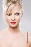 Attraktiv ung blond kvinna. Royaltyfri Bild