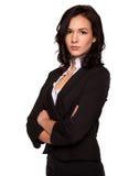 Attraktiv ung brunettaffärskvinna med hennes korsade armar Royaltyfria Bilder