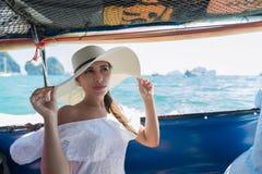 Attraktiv ung Caucasian ferie för vatten för hav för hav för bad för kvinnaSit On Boat Wear Hat flicka Royaltyfri Bild