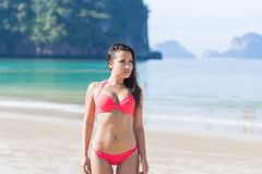Attraktiv ung Caucasian kvinna i baddräkt på stranden, för havsvatten för flicka blå ferie arkivfoto