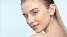 Attraktiv ung flicka för närbild med naturlig makeup lager videofilmer