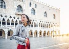 Attraktiv ung flicka i Venedig royaltyfri fotografi