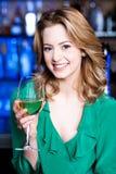 Attraktiv ung flicka som dricker vin Fotografering för Bildbyråer