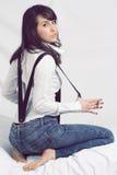 Attraktiv ung flicka som poserar med suspenders Arkivbild