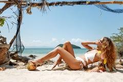 Attraktiv ung kvinna i bikini på stranden royaltyfria bilder