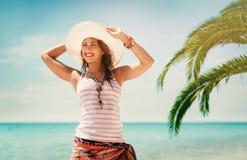 Attraktiv ung kvinna i bikinin som ligger på poolsiden och ler på kameran royaltyfri bild