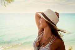 Attraktiv ung kvinna i bikinin som ligger på poolsiden och ler på kameran fotografering för bildbyråer