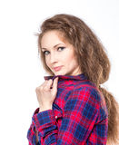 Attraktiv ung kvinna i en rutig skjorta fotografering för bildbyråer
