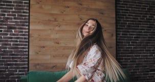 Attraktiv ung kvinna i pyjamas som tycker om morgonen, medan dansa framme av kameran som hon startade dagen med a lager videofilmer