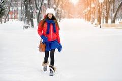 Attraktiv ung kvinna i utomhus- vintertid Flickan i kulöra kläder Royaltyfria Bilder