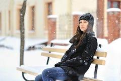Attraktiv ung kvinna i vintertid - utomhus stående Fotografering för Bildbyråer