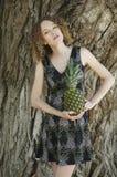 Attraktiv ung kvinna med ananas Royaltyfri Bild