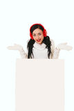 Attraktiv ung kvinna med den hållande vita skylten för santa hatt Royaltyfria Foton