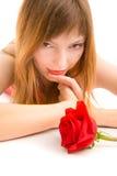 Attraktiv ung kvinna med den isolerade röda rosen Arkivfoto