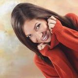 Attraktiv ung kvinna med ett älskvärt leende royaltyfri bild