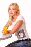 Attraktiv ung kvinna med ett exponeringsglas av fruktsaft Royaltyfri Foto