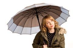 Attraktiv ung kvinna med ett paraply arkivfoto
