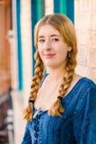Attraktiv ung kvinna med flätade trådar Arkivfoto
