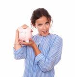 Attraktiv ung kvinna med hennes piggy besparingar Royaltyfri Foto