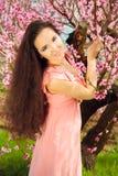 Attraktiv ung kvinna med långt mörkt hår Royaltyfria Bilder