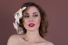 Attraktiv ung kvinna med ljus makeup Arkivbild
