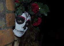 Attraktiv ung kvinna med mexicansk sockerskallemakeup Arkivbild