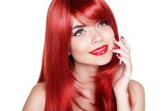 Attraktiv ung kvinna med röda långa lockiga hår Lyckligt le Fotografering för Bildbyråer