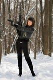 Attraktiv ung kvinna med vapnet royaltyfria bilder