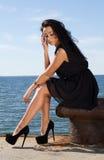 Attraktiv ung kvinna på pir Royaltyfria Foton