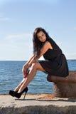 Attraktiv ung kvinna på pir Royaltyfri Fotografi