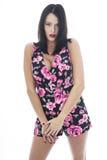 Attraktiv ung kvinna som bär en korta blom- Playsuit Royaltyfri Fotografi